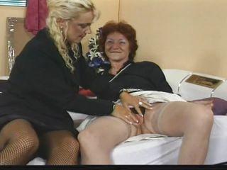 Порно зрелых дам в очко
