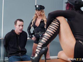 Брюнетка в черных колготках порно